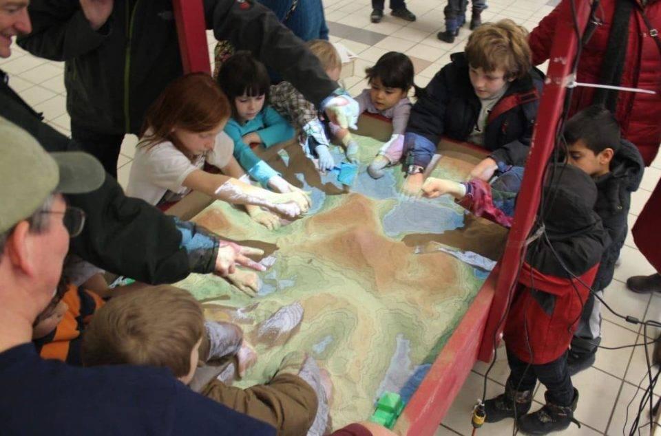 5 Eğitimde kullanılmak için yeryüzü şekillerini, dağ, plato, boğaz, volkan ve vadileri dokunarak öğrenme imkanı sunan kum havuzları nasıl üretilir? Eğitimde kullanılmak için yeryüzü şekillerini, dağ, plato, boğaz, volkan ve vadileri dokunarak öğrenme imkanı sunan kum havuzları nasıl üretilir?