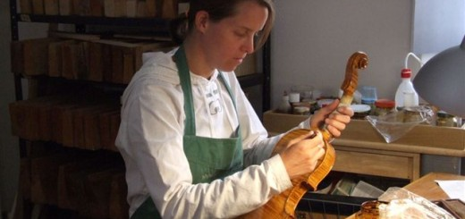 Varnishing_a_violin