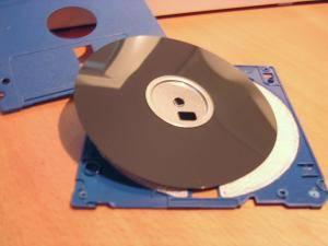 disket6go İyi hoş ta disketi gömeli ne kadar oluyor? Şimdilerde eski disketlerimi açıp parçalayıp, içlerinden çıkan plastik elektromanyetik hassas tabakayı fotoğraf makinesi filtresi gibi kullanıyorum. Gözle görülmeyecek küçüklükte bir iğne ile delip çektiğim fotolar, biraz pinhole / iğne deliği fotoğrafçılığına biraz da kırmızı filtreye benziyor (Aman dikkat profesyonel makinelerde zarar verebilirsiniz danışmadan denemeyin. Sonra sen söylemiştin olmasın ;) İyi hoş ta disketi gömeli ne kadar oluyor? Şimdilerde eski disketlerimi açıp parçalayıp, içlerinden çıkan plastik elektromanyetik hassas tabakayı fotoğraf makinesi filtresi gibi kullanıyorum. Gözle görülmeyecek küçüklükte bir iğne ile delip çektiğim fotolar, biraz pinhole / iğne deliği fotoğrafçılığına biraz da kırmızı filtreye benziyor (Aman dikkat profesyonel makinelerde zarar verebilirsiniz danışmadan denemeyin. Sonra sen söylemiştin olmasın ;)