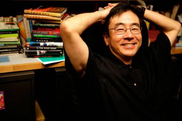 Süleyman Sönmez - Güneşin Tam İçinde fe4-1 Haruki Murakami Romanları ve Sürrealist Anlatıma Düşsel Bir Yolculuk Kitap  İmkansızın Şarkısı Zemberekkuşu'nun Güncesi Yaban Koyununun İzinde Sınırın Güneyinde Güneşin Batısında Sahilde Kafka Renksiz Tsukuru Tazaki'nin Hac Yılları Nobel Adayı Koşmasaydım Yazamazdım Japonya Japon Yazar Haşlanmış Harikalar Diyarı ve Dünyanın Sonu Haruki Murakami 1Q84