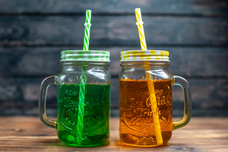 front view fresh apple juice inside cans dark fruit drink photo cocktail bar color Soğuk çaylar, sunduğu farklı aroma ve lezzetlerle özellikle sıcak yaz aylarında en çok tercih edilen içeceklerdendir. Klasik çayın lezzetini yazın da arayan ancak serinlemek isteyen kişilerin de ideal içeceklerinin başında gelir. Sıcak içecekler, kış ayları için oldukça keyifli bir seçim olsa da yaz sıcağında sizi rahatlatma konusunda yetersiz kalabilir. Bu noktada soğuk çay ve soğuk kahve çeşitleri, ferahlatıcı etkisi ile en sevdiğiniz lezzetleri sıcak havalarda da tüketmenizi ve serinlemenizi sağlar. Soğuk çaylar, sunduğu farklı aroma ve lezzetlerle özellikle sıcak yaz aylarında en çok tercih edilen içeceklerdendir. Klasik çayın lezzetini yazın da arayan ancak serinlemek isteyen kişilerin de ideal içeceklerinin başında gelir. Sıcak içecekler, kış ayları için oldukça keyifli bir seçim olsa da yaz sıcağında sizi rahatlatma konusunda yetersiz kalabilir. Bu noktada soğuk çay ve soğuk kahve çeşitleri, ferahlatıcı etkisi ile en sevdiğiniz lezzetleri sıcak havalarda da tüketmenizi ve serinlemenizi sağlar.