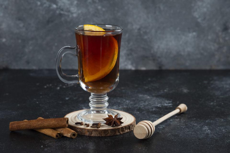 glass cup tea with cinnamon sticks wooden dipper Soğuk çaylar, sunduğu farklı aroma ve lezzetlerle özellikle sıcak yaz aylarında en çok tercih edilen içeceklerdendir. Klasik çayın lezzetini yazın da arayan ancak serinlemek isteyen kişilerin de ideal içeceklerinin başında gelir. Sıcak içecekler, kış ayları için oldukça keyifli bir seçim olsa da yaz sıcağında sizi rahatlatma konusunda yetersiz kalabilir. Bu noktada soğuk çay ve soğuk kahve çeşitleri, ferahlatıcı etkisi ile en sevdiğiniz lezzetleri sıcak havalarda da tüketmenizi ve serinlemenizi sağlar. Soğuk çaylar, sunduğu farklı aroma ve lezzetlerle özellikle sıcak yaz aylarında en çok tercih edilen içeceklerdendir. Klasik çayın lezzetini yazın da arayan ancak serinlemek isteyen kişilerin de ideal içeceklerinin başında gelir. Sıcak içecekler, kış ayları için oldukça keyifli bir seçim olsa da yaz sıcağında sizi rahatlatma konusunda yetersiz kalabilir. Bu noktada soğuk çay ve soğuk kahve çeşitleri, ferahlatıcı etkisi ile en sevdiğiniz lezzetleri sıcak havalarda da tüketmenizi ve serinlemenizi sağlar.