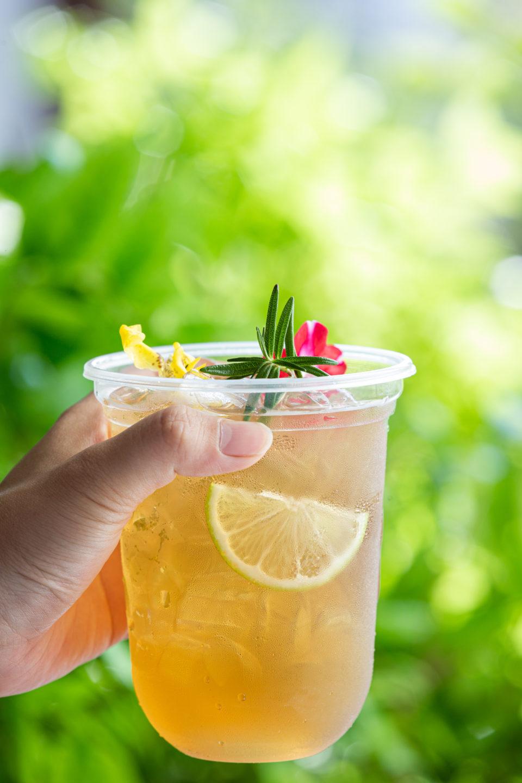 herbal iced tea cocktail with edible flowers wooden surface Soğuk çaylar, sunduğu farklı aroma ve lezzetlerle özellikle sıcak yaz aylarında en çok tercih edilen içeceklerdendir. Klasik çayın lezzetini yazın da arayan ancak serinlemek isteyen kişilerin de ideal içeceklerinin başında gelir. Sıcak içecekler, kış ayları için oldukça keyifli bir seçim olsa da yaz sıcağında sizi rahatlatma konusunda yetersiz kalabilir. Bu noktada soğuk çay ve soğuk kahve çeşitleri, ferahlatıcı etkisi ile en sevdiğiniz lezzetleri sıcak havalarda da tüketmenizi ve serinlemenizi sağlar. Soğuk çaylar, sunduğu farklı aroma ve lezzetlerle özellikle sıcak yaz aylarında en çok tercih edilen içeceklerdendir. Klasik çayın lezzetini yazın da arayan ancak serinlemek isteyen kişilerin de ideal içeceklerinin başında gelir. Sıcak içecekler, kış ayları için oldukça keyifli bir seçim olsa da yaz sıcağında sizi rahatlatma konusunda yetersiz kalabilir. Bu noktada soğuk çay ve soğuk kahve çeşitleri, ferahlatıcı etkisi ile en sevdiğiniz lezzetleri sıcak havalarda da tüketmenizi ve serinlemenizi sağlar.