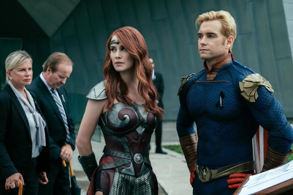 homelander queen maeve Süper kahramanların filmleri çekildikçe DC ve Marvel sinematik evrenleri oluştu. Roller genelde iyi ve kötü arketiplere bölünmüş kolay anlaşılır ve aksiyona dayalı olurdu. Amaç teenage yaş grubundan büyük yaşlara, herkes esprilere gülsün, maceraya doysun ve sinemadan çıktığında verdiği bilet parasına hayıflanmasın(!) peşinden gidip posterini, tişörtünü, oyununu, biblosunu satın alıp o hayali dünyadan gayet de elle tutulur paralar kazanılmasını sağlasın. Süper kahramanların filmleri çekildikçe DC ve Marvel sinematik evrenleri oluştu. Roller genelde iyi ve kötü arketiplere bölünmüş kolay anlaşılır ve aksiyona dayalı olurdu. Amaç teenage yaş grubundan büyük yaşlara, herkes esprilere gülsün, maceraya doysun ve sinemadan çıktığında verdiği bilet parasına hayıflanmasın(!) peşinden gidip posterini, tişörtünü, oyununu, biblosunu satın alıp o hayali dünyadan gayet de elle tutulur paralar kazanılmasını sağlasın.
