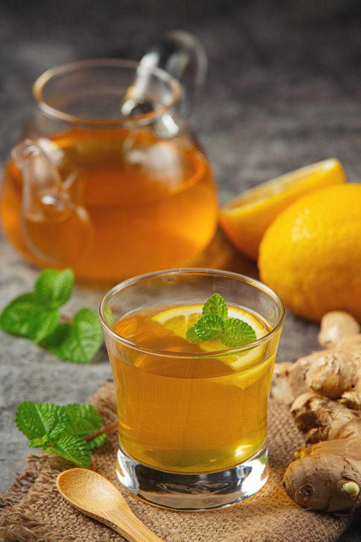 honey lemon ginger juice food beverage products from ginger extract food nutrition concept Soğuk çaylar, sunduğu farklı aroma ve lezzetlerle özellikle sıcak yaz aylarında en çok tercih edilen içeceklerdendir. Klasik çayın lezzetini yazın da arayan ancak serinlemek isteyen kişilerin de ideal içeceklerinin başında gelir. Sıcak içecekler, kış ayları için oldukça keyifli bir seçim olsa da yaz sıcağında sizi rahatlatma konusunda yetersiz kalabilir. Bu noktada soğuk çay ve soğuk kahve çeşitleri, ferahlatıcı etkisi ile en sevdiğiniz lezzetleri sıcak havalarda da tüketmenizi ve serinlemenizi sağlar. Soğuk çaylar, sunduğu farklı aroma ve lezzetlerle özellikle sıcak yaz aylarında en çok tercih edilen içeceklerdendir. Klasik çayın lezzetini yazın da arayan ancak serinlemek isteyen kişilerin de ideal içeceklerinin başında gelir. Sıcak içecekler, kış ayları için oldukça keyifli bir seçim olsa da yaz sıcağında sizi rahatlatma konusunda yetersiz kalabilir. Bu noktada soğuk çay ve soğuk kahve çeşitleri, ferahlatıcı etkisi ile en sevdiğiniz lezzetleri sıcak havalarda da tüketmenizi ve serinlemenizi sağlar.