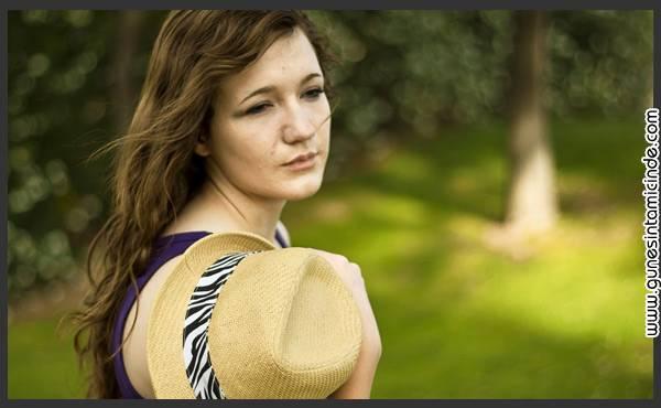 Süleyman Sönmez - Güneşin Tam İçinde mutsuzkadin Mutsuz Olmak Yasaktır! Mutluluğa Giriş - 101 Günlük Yaşam İnsan Kaynakları  İş Dünyası Toplum Baskısı Sevinç Psikoloji Neşe Mutluluk Huzur Geçim Sıkıntısı Foxconn Apple