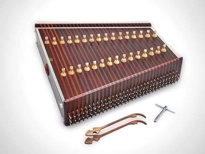 """santur Santur çok eski bir müzik aleti kimilerine göre Tevrat'ta bahsedilen """"Psanterin"""" sözünden gelme. İbraniler, Mısırlılar, Avrupalılar ve İranlılar bazı ufak farklılıklarla da olsa enstrümanı kullanmışlar. Bu müzik aleti bizdeki kanuna çok benziyor. Ancak parmakla çekmek yerine, vurulan tellerle çalınıyor. Bu da tınıyı, parmakla çekmekten daha farklı bir derinliğe ve frekansa taşıyor. http://www.turkmusikisi.com/calgilar/santur/ Santur çok eski bir müzik aleti kimilerine göre Tevrat'ta bahsedilen """"Psanterin"""" sözünden gelme. İbraniler, Mısırlılar, Avrupalılar ve İranlılar bazı ufak farklılıklarla da olsa enstrümanı kullanmışlar. Bu müzik aleti bizdeki kanuna çok benziyor. Ancak parmakla çekmek yerine, vurulan tellerle çalınıyor. Bu da tınıyı, parmakla çekmekten daha farklı bir derinliğe ve frekansa taşıyor. http://www.turkmusikisi.com/calgilar/santur/"""
