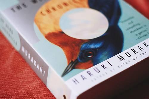 Süleyman Sönmez - Güneşin Tam İçinde zemberek Haruki Murakami Romanları ve Sürrealist Anlatıma Düşsel Bir Yolculuk Kitap  İmkansızın Şarkısı Zemberekkuşu'nun Güncesi Yaban Koyununun İzinde Sınırın Güneyinde Güneşin Batısında Sahilde Kafka Renksiz Tsukuru Tazaki'nin Hac Yılları Nobel Adayı Koşmasaydım Yazamazdım Japonya Japon Yazar Haşlanmış Harikalar Diyarı ve Dünyanın Sonu Haruki Murakami 1Q84
